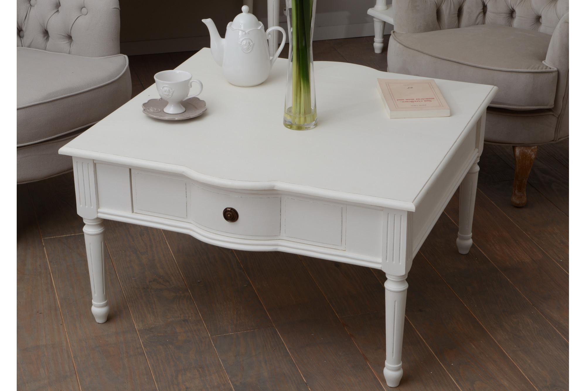 Table basse carr e romantique en bois hellin Grande table carree